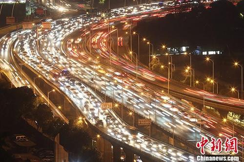 资料图:大批车辆行驶在南京一处高架桥上。 中新社记者 泱波 摄