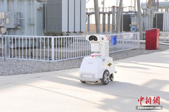 """1月16日,中石化西北油田首次引入人工智能机器人""""慧眼""""对变电站进行巡检。据介绍,过去人工巡检一次花费5小时,后期极易疲劳,质量明显下降。""""慧眼""""充满电可连续工作8小时,一天可巡视3次,巡视频率是人工的21倍,一旦发现故障,""""慧眼""""的后台数据中心将立即报警,使故障发现的准确性和及时性大幅提升。 韩勇 摄"""