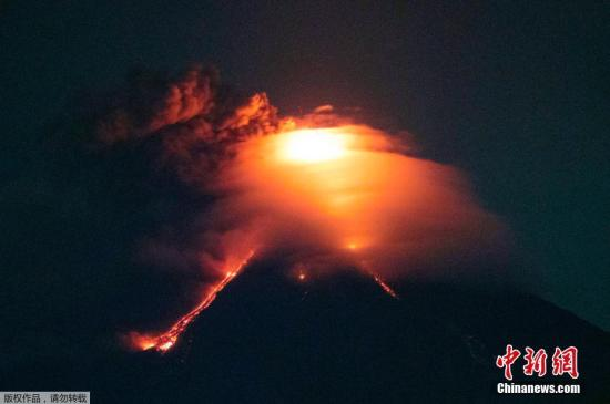 菲律宾马荣火山是一个著名的旅游景点,位于马尼拉东南约340公里(210英里)的阿贝省。在过去的500年里,这座火山爆发了大约50次。由于频繁的灾害,当地的村民建起了一个巨大的白色十字架,希望能使他们免遭于难。他们的希望又一次破灭了。据报道,马容火山在1月13日喷出高达3千米高的火山灰,周围的村庄岌岌可危。救灾人员称,自从周六以来,有多户家庭被紧急疏离。当地时间1月15日,熔岩已经从马荣火山口流出。