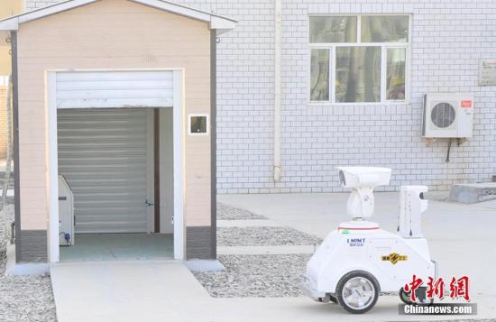 """资料图:中石化西北油田首次引入人工智能机器人""""慧眼""""对变电站进行巡检。韩勇 摄"""