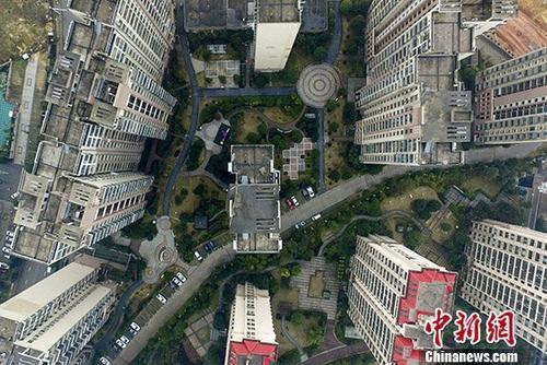 1月16日,航拍湖南长沙高楼耸立的住宅区。政府作为中国居住用地唯一供应者的情况将被逐步改变。中国国土资源部部长姜大明15日在2018年全国国土资源工作会议上表示,改变政府作为居住用地唯一供应者的情况,研究制定在权属不变、符合土地和城市规划条件下,非房地产企业依法取得使用权的土地用作住宅用地的办法,深化利用农村集体经营性建设用地建设租赁住房试点,完善促进房地产健康发展的基础性土地制度,推动建立多主体供应、多渠道保障、租购并举的住房制度,让全体人民住有所居。 <a target='_blank' href='http://www.chinanews.com/'>中新社</a>记者 杨华峰 摄