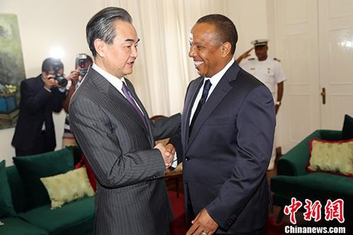 当地时间1月16日,圣多美和普林西比总理特罗瓦达在圣多美会见中国外交部长王毅。中新社记者 宋方灿 摄