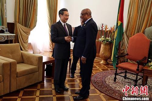 当地时间1月16日,圣多美和普林西比总统卡瓦略在圣多美总统府会见中国外交部长王毅。中新社记者 宋方灿 摄