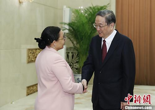1月16日,中国全国政协主席俞正声在北京与加蓬参议长米勒布举行会谈。中新社记者 杜洋 摄