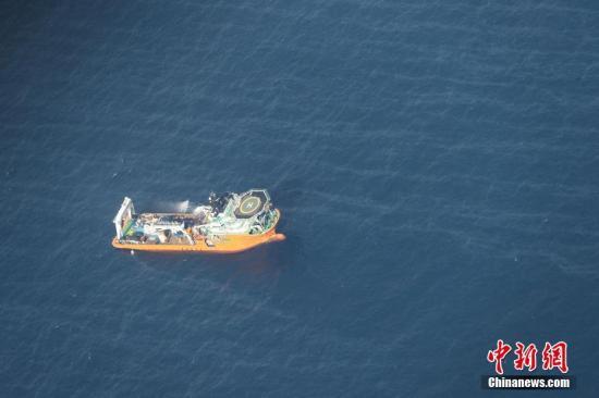 """1月17日,交通运输部继续组织协调各方力量开展应急处置行动。据现场消息,16日7时30分,""""海巡166""""轮抵达现场开展扫测,目前沉船位置已经确定。扫测结果表明,""""桑吉""""轮坐沉状态,艏向12度,右舷距船艏约60米有破损,沉船周围水深115米,未发现其他异常障碍物。 图片来源:视觉中国"""