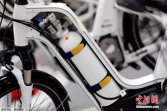 资料图:法国推出零碳排放自行车只排放出水,对环境保护非常有利。