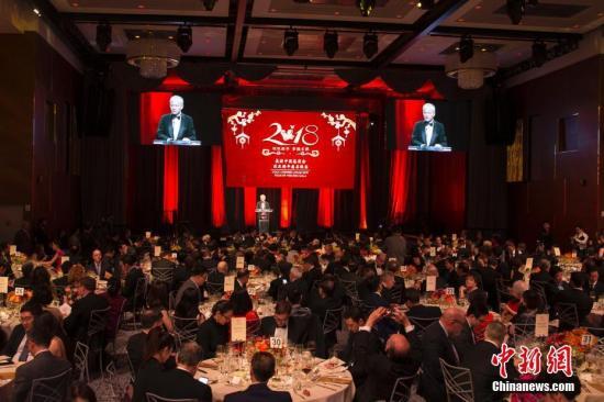 当地时间1月17日,美国中国总商会在纽约举办庆祝农历新年晚宴,中国驻美大使崔天凯出席晚宴并致辞。/p中新社记者 廖攀 摄