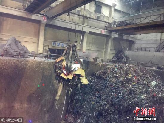 资料图:即将投放进焚烧炉的垃圾。万凌云 摄 图片来源:视觉钱柜777唯一平台