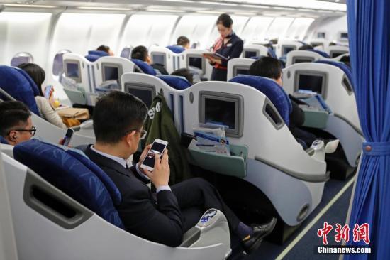 在东航MU5137航班上,旅客全程在飞行模式下可以使用手机。殷立勤 摄