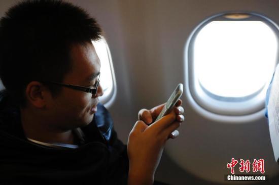 资料图:1月18日上午7时,东航MU5137航班满载278名旅客从上海虹桥国际机场起飞,飞往北京首都国际机场。记者和旅客一样,在33600英尺的高空,第一时间在民航航班上使用了智能手机等便携式设备,体验空中网上冲浪。至此,中国民航的空中乘机体验翻开了新篇章。殷立勤 摄