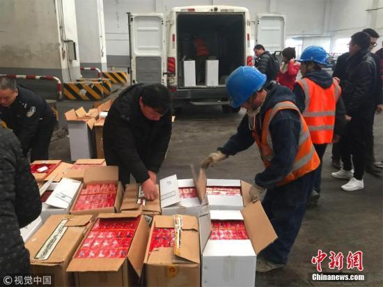 资料图:江苏销毁价值百万元假烟。万凌云 摄 图片来源:视觉中国