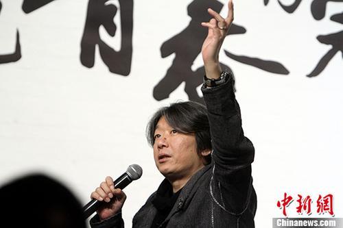 """1月18日,中国内地校园民谣的先锋和标志性人物、知名歌手老狼亮相天津,助阵在智慧山艺术中心举办的""""把青春唱完――高原摄影展""""。期间,他忆过往谈现在聊音乐,带领歌迷回望那个""""白衣飘飘的年代""""。图为老狼在座谈中。/p中新社记者 张道正 摄"""