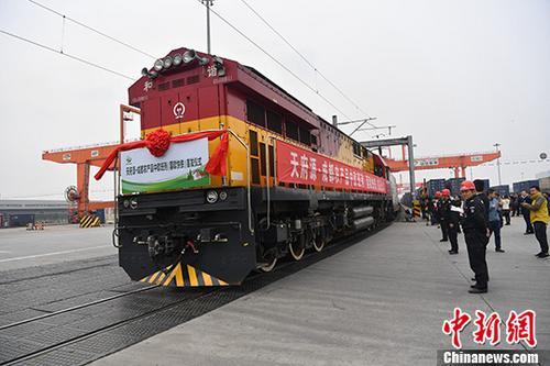 资料图:中欧班列(蓉欧快铁)从成都国际铁路港出发。中新社记者 张浪 摄