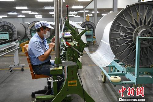 资料图:某玻纤制造厂忙碌的工人。<a target='_blank' href='http://arnmhzf.com/'>中新社</a>记者 张浪 摄