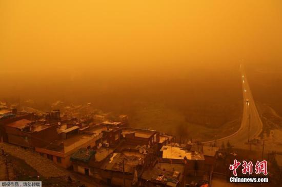 当地时间2018年1月19日,土耳其迪亚巴克尔,当地遭受沙尘暴袭击。