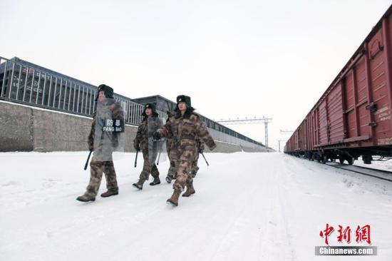 资料图:新疆兵团护路民兵寒冬巡逻阿拉山口铁路线。刘裕新 摄