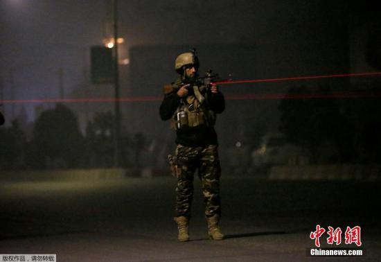 资料图片:阿富汗安全部队成员在岗位放哨执勤。