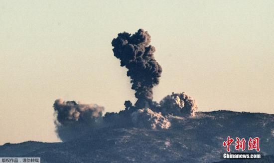 """资料图:当地时间1月20日,土耳其总统埃尔多安宣布,土耳其军队开始发起对叙利亚北部阿夫林的军事行动。土耳其军队从边境地区向叙利亚境内的阿夫林地区发动猛烈炮击,打击叙利亚库尔德武装""""人民保护部队""""。图为土叙边境哈塔伊省附近,叙利亚境内遭受炮击冒起浓烟。"""