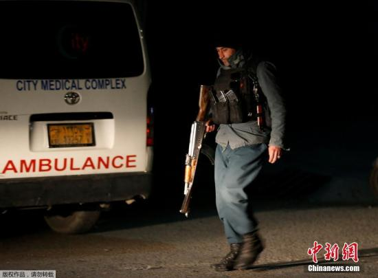 阿富汗内政部发言人拉希米(Nasrat Rahimi)表示,袭击已造成数人丧命,另有至少7人受伤,部分宾客已获救,一旦事件落幕,将发布伤亡数字。图为一名阿富汗警察持枪在事发现场附近执勤。