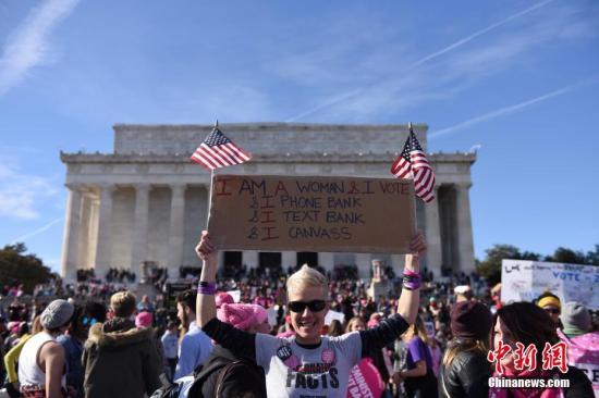 当地时间1月20日,美国总统特朗普就职一周年之际,美国首都华盛顿举行女性大游行。图为在林肯纪念堂前参与集会的民众。 /p中新社记者 邓敏 摄
