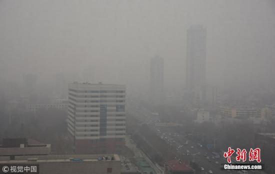 2018年1月21日,济南空气质量指数达到295,属于重度污染。省城济南白茫茫一片,空气质量堪忧。 图片来源:视觉中国
