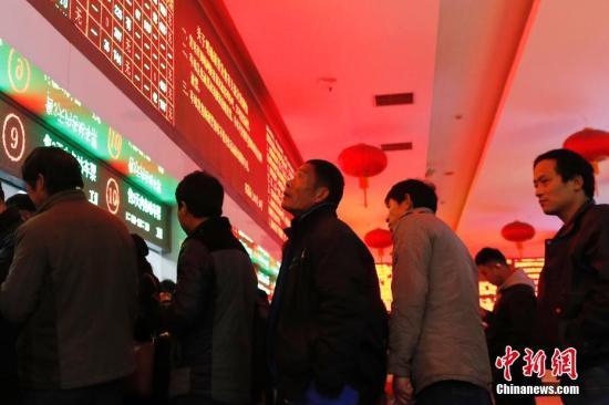 资料图:旅客在铁路上海站售票大厅内排队购买车票。 殷立勤 摄