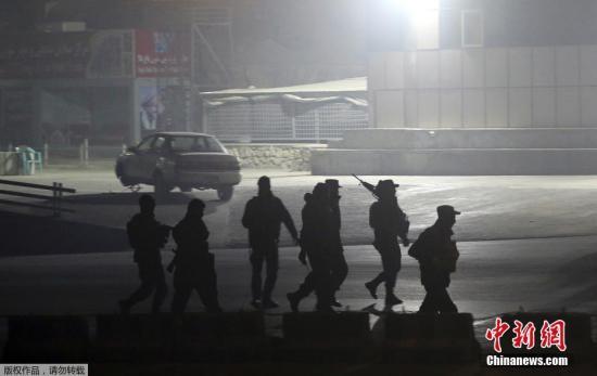 资料图:当地时间1月20日晚,至少4名枪手袭击阿富汗首都喀布尔洲际酒店,挟持人质并与安全部队交火。阿富汗官员表示,至少两名攻击者已被击毙,另有数人丧生和至少7人受伤送医。图为阿富汗安全部队成员前往事发酒店。