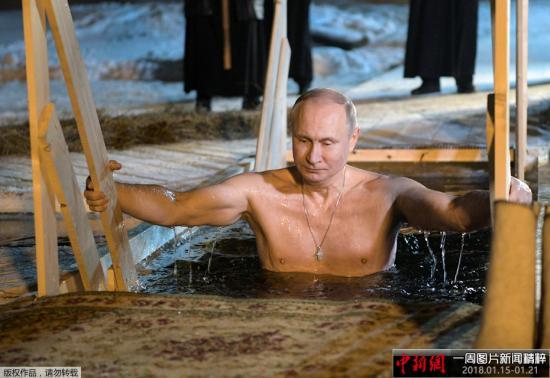 资料图:2018-12-19,俄总统普京前往特维尔州,在那里参加了主显节沐浴,当天的气温为零下6度,普京赤膊浸入了谢利格尔湖的冰窟窿里。