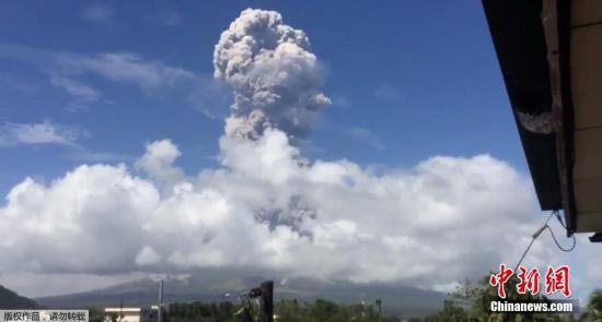 当地时间1月22日,位于菲律宾阿尔拜省卡马利格的马荣火山持续喷发,这已经是一周以来马荣火山的第二次喷发。据悉,当局已为可能的危险性喷发做好准备。菲律宾火山学与地震学研究所将灾害警戒级别从上周的3级提高到4级。