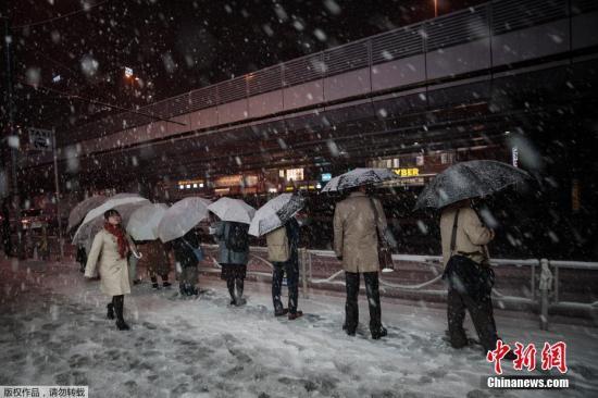 日本气象厅向东京23区发出四年来首个大雪警告。大雪严重影响东京陆空交通,由于当局预先提醒,不少上班族提前下班回家,导致各大车站于当地时间下午3时起已经出现人潮。图为民众在东京秋叶原地铁站外等待出租车。