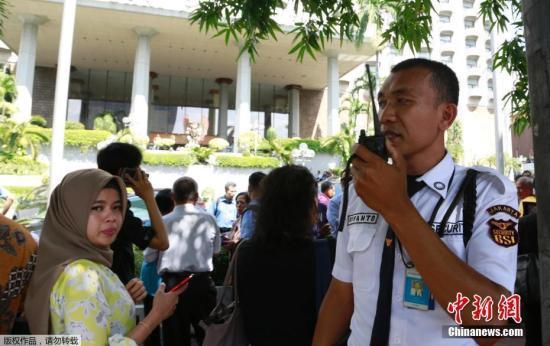 当地时间1月23日,印尼首都雅加达民众在建筑外避难。据印度尼西亚气象、气候和地球物理局消息,印尼万丹省南部海域23日发生6.4级地震,首都雅加达震感强烈。