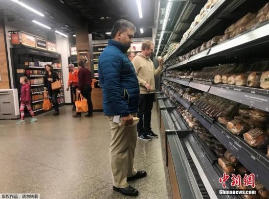 顾客在无人超市内购物。
