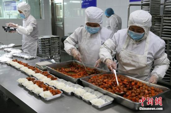 资料图:工作人员分装食品 。中新社记者 张云 摄