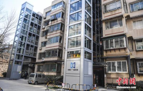 资料图:老小区居民楼加装电梯。中新社记者 张勇 摄