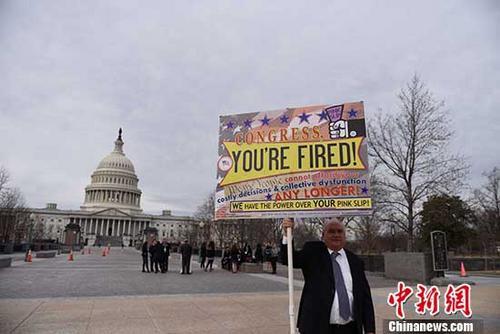 当地时间1月22日,美国人戴维・迪普斯基(David Dypsky)在美国国会前举牌抗议。自从美国参议院未能于20日零时前通过临时拨款法案,美国联邦政府已停摆三天。据最新消息,参议院民主党已与共和党达成协议,参议院将通过临时拨款案,以尽快结束政府停摆。 <a target='_blank' href='http://www.chinanews.com/'>中新社</a>记者 邓敏 摄