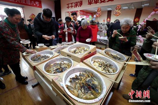 资料图:餐饮服务行业。/p中新社记者 张宇 摄