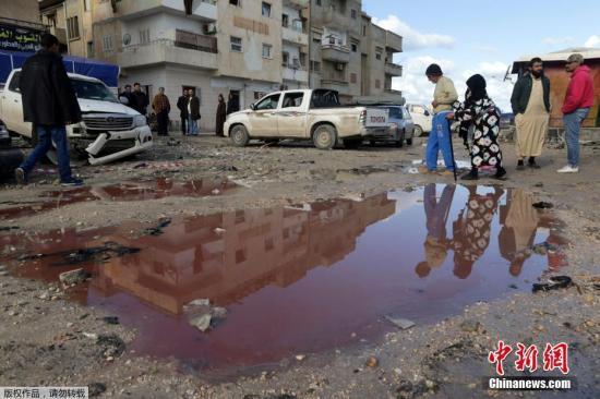 资料图:当地时间2018年1月24日,利比亚班加西发生连环汽车爆炸 至少33人死。图为在一处爆炸现场,一个水池里掺着受害者的血,呈现出红色。