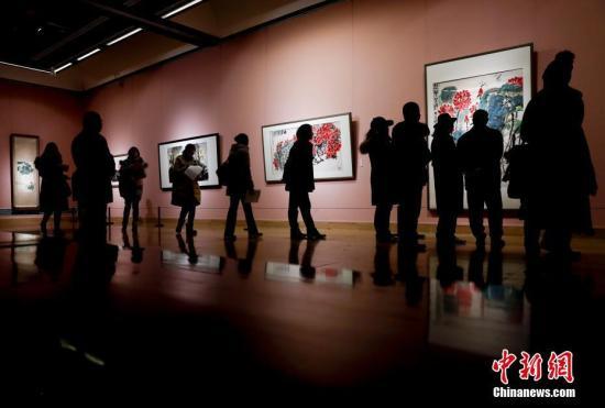 """1月25日,中国美术馆举行新年展,""""民族与时代――徐悲鸿主题创作大展""""""""花开盛世――中国美术馆藏花鸟画精品展""""""""笔墨当随时代――弘扬新金陵画派精神江苏美术采风展""""同时开幕。本次展览是国内外第一次围绕徐悲鸿大型美术主题创作进行的全方位策展,也是徐悲鸿美术精品近十年来首次大规模地集中展示。 <a target='_blank' href='http://www.chinanews.com/'>中新社</a>记者 杜洋 摄"""