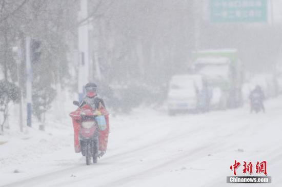 资料图:安徽合肥降下大雪。当地气象局将重大气象灾害(暴雪)应急响应由IV级变更为Ⅲ级 张娅子 摄
