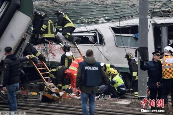 报道称,这列火车在位于意大利米兰约40公里远的郊区路段发生脱轨事故。当时火车上满载了通勤人员。