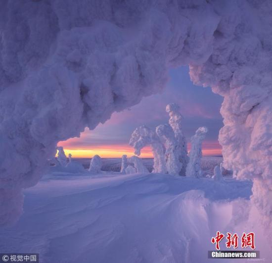 资料图:摄影师Bazanov Andrew Sergeevich在大雪过后的北极圈附近拍摄的奇绝景观。 图片来源:视觉中国