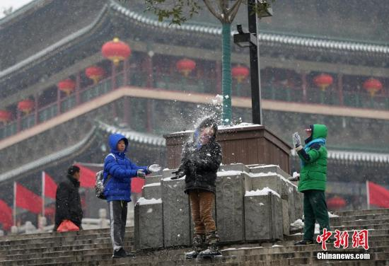 1月25日,孩子们在西安钟楼附近打雪仗。当日,陕西迎来大范围降雪,上午10时,中央气象台继续发布暴雪橙色预警,在过去24小时,陕西中部、河南南部、湖北北部、安徽中部、江苏西南部、浙江北部等地出现了大到暴雪,局地有大暴雪,上述大部地区积雪深度达到5厘米,部分地区积雪深度10-15厘米。 <a target='_blank' href='http://www.chinanews.com/'>中新社</a>记者 张远 摄