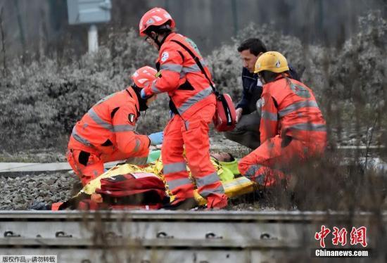 为了方便救援,铁路路堤的混凝土栏杆已被移除,护士和消防队员帮助把受伤的乘客带到安全的地方。