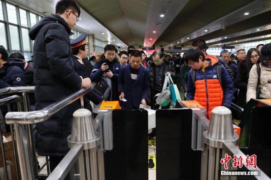 资料图:上海2018年春运增开列车提前开行。 <a target='_blank' href='http://www.chinanews.com/'>中新社</a>记者 殷立勤 摄