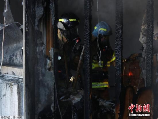 据韩联社报道,当地时间1月26日上午7时30分,韩国庆南密阳市世宗医院发生火灾,目前遇难人数已升至31人,数十人受伤。伤亡人数或继续增加。据悉,消防队员正在现场进行灭火工作。有关人员正在调查人员伤亡情况和火灾原因。 火灾发生后,韩国国务总理李洛渊指示韩国行政安全部长官、消防厅长、警察厅长与保健福祉部等相关部门共同行动,投入一切可利用的人力物力进行抢救。李洛渊表示,要迅速进入起火建筑内,尽最大努力减少人员伤亡,并对现场进行管控,防止发生造成二次人员伤亡。另有消息称,22人(主要是病人)已被转移到附近的另外2家医院,另有78名来自与主楼相连的疗养院的病人已逃离火灾现场。