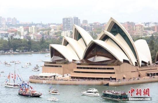 1月26日是澳大利亚国庆日。当天,悉尼举行了一系列庆祝活动。图为悉尼港的渡轮竞赛,百舸争流。<a target='_blank' href='http://www.chinanews.com/'>中新社</a>记者 陶社兰 摄