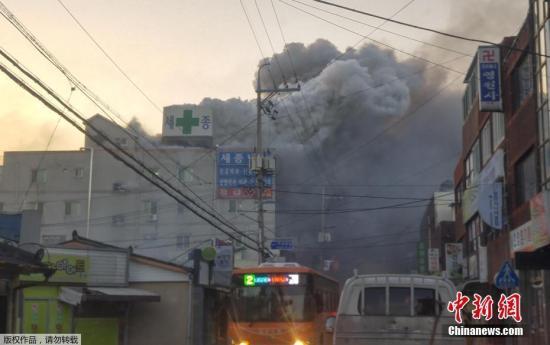 据韩联社报道,当地时间1月26日上午7时30分,韩国庆南密阳市世宗医院发生火灾,目前遇难人数已升至19人,数十人受伤。伤亡人数或继续增加。据悉,消防队员正在现场进行灭火工作。有关人员正在调查人员伤亡情况和火灾原因。火灾发生后,青瓦台一位有关负责人表示,因火灾造成的损失较大,将启动危机管理中心进行应对。另有消息称,22人(主要是病人)已被转移到附近的另外2家医院,另有78名来自与主楼相连的疗养院的病人已逃离火灾现场。