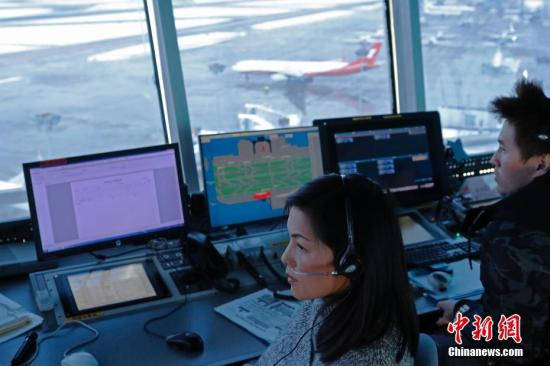 资料图:塔台管制员正在指挥飞机安全运行。中新社记者 殷立勤 摄