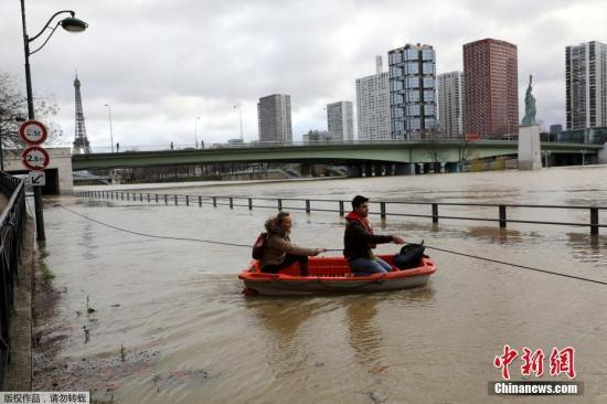 当地时间1月25日,位于法国巴黎的塞纳河继续上升,洪水淹没了街道,民众划小舟出行。因连日降雨,法国多地洪水泛滥,法国东部和北部也面临洪水威胁。