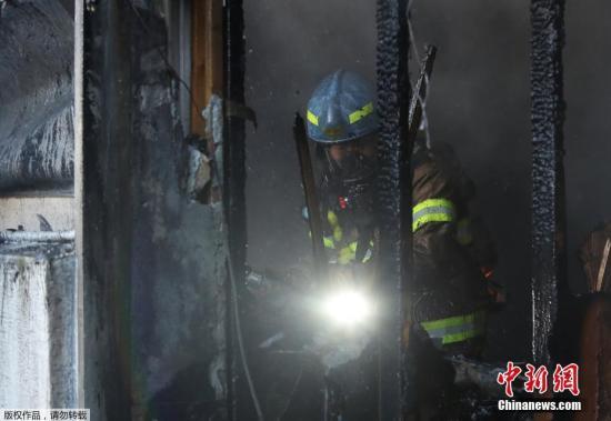 消防队员在现场进行灭火工作。